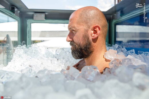مردی که برای کسب رکورد ۲ ساعت در جعبه یخ ماند/ تصاویر
