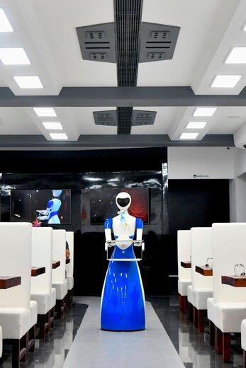 رباتهای پیشخدمت در رستورانی در هند