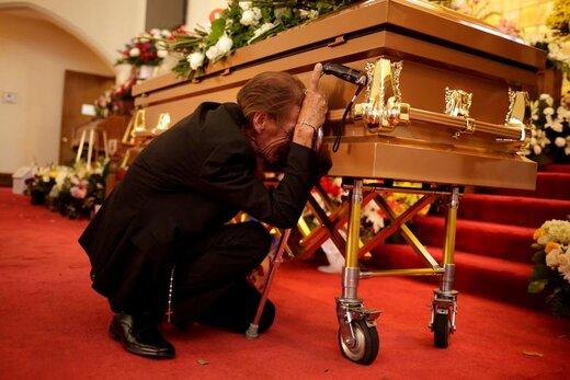 حضور یک مرد در کنار تابوت همسرش که در حادثه تیراندازی شهر الپاسو ایالت تگزاس آمریکا کشته شده است