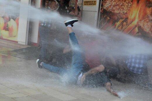 پلیس ترکیه با آب تظاهرکنندگان را پراکنده میکند که به برکناری سه شهردار کرد، پنج ماه پس از انتخاب شدنشان در شهر دیاربکر ترکیه اعتراض دارند