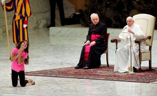 دختر بیمار در نزد پاپ فرانسیس در واتیکان