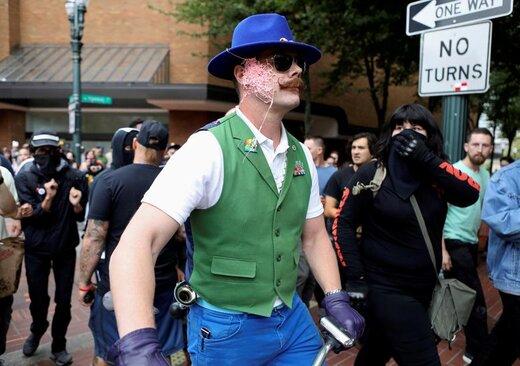 پاشیدن اسپری به معترضان در شهر پورتلند ایالت اورگن آمریکا