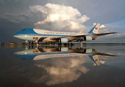 انعکاس تصویر هواپیمای نیروی هوایی بر روی آب باران در پایگاه شکاری اندروز ایالت مریلند آمریکا پس از بازگشت دونالد ترامپ، رئیس جمهور، این کشور