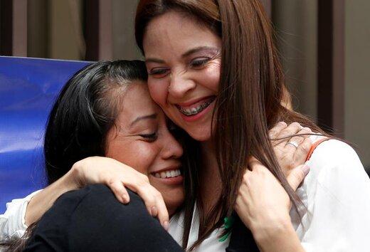 زنی که به اتهام سقط جنین به 30 سال زندان محکوم شده بود، پس از مبرا شدن از این اتهام و کسب آزادی، وکیلش را در جلسه دادرسی در السالوادور در آغوش گرفته است