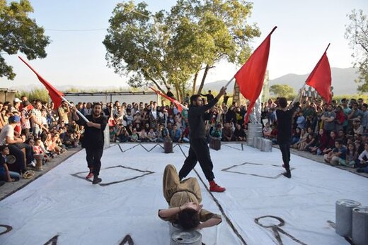 سنندج میزبان سه نمایش از اجراهای جشنواره بین المللی تئاتر خیابانی مریوان