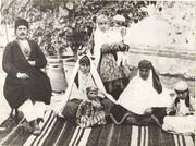 عکس قجری از یک خان ایرانی و دو همسر و فرزندانش