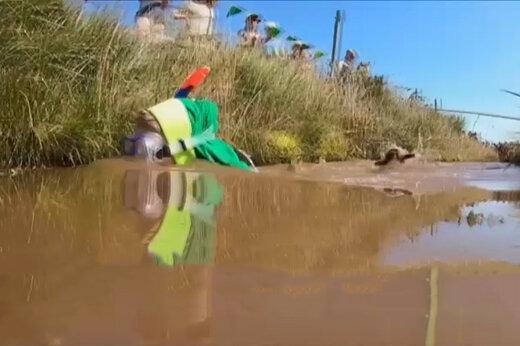 فیلم | مسابقات جهانی شنا در گنداب! یک معلم اول شد