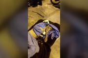 فیلم | این پیرمرد بهخاطر بی پولی با لباس بیمارستان به پیاده رو منتقل شده؟ (حاوی تصاویر دلخراش)