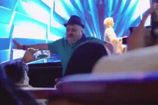 فیلم | حرکات موزون اکبر عبدی در کنسرت سالار عقیلی