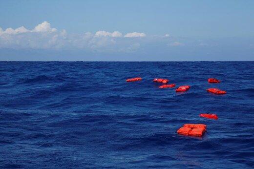 شناور شدن جلیقه های نجات در تمرین آموزشی توسط کشتی نجات مهاجران آلمان به هنگام حرکت به منطقه جستجو و نجات در ساحل آفریقای شمالی در غرب دریای مدیترانه