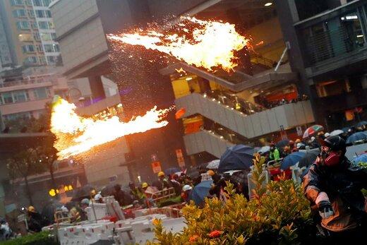 پرتاب کوکتل مولوتف از سوی یک معترض در هنگکنگ که خواستار دموکراسی و اصلاحات سیاسی است