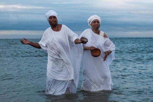 تمرین اعضای مادران ملکه آفریقا در مراسمی برای بزرگداشت چهارصدمین سالگرد ورود نخستین بردگان آفریقایی به ویرجینیا آمریکا