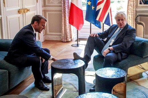 گفتوگوی امانوئل مکرون، رئیسجمهور فرانسه، با بوریس جانسون، نخستوزیر انگلیس در کاخ الیزه واقع در شهر پاریس  فرانسه