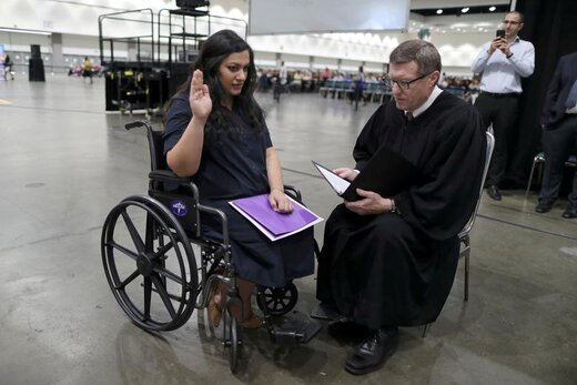 سوگند خوردن یک زن 31 ساله ارمنستانی در مراسم پذیرش شهروندی آمریکا در شهر لسآنجلس ایالت کالیفرنیا
