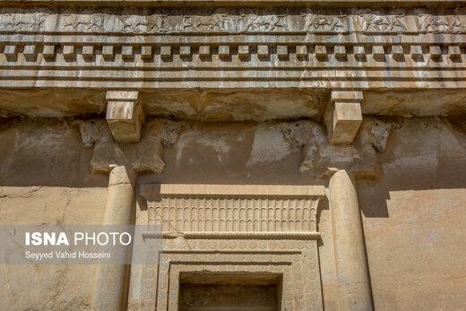 امروز هیچ اثری از سقف چوبی کاخهای تختجمشید به جای نمانده، اما در عوض باستانشناسان با به دست آوردن نقش حجاری شده بر سینهی آرامگاههای پادشاهان هخامنشی، سقف بخشی از کاخ ملکه را که امروز به موزه تختجمشید تبدیل شده، بازسازی کردند