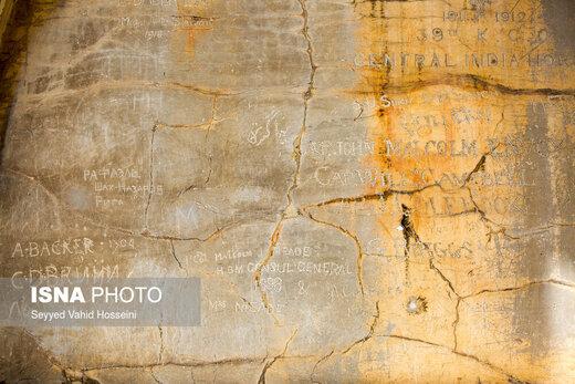 وندالیسم، تختجمشید و آثار آن را در خود غرق کرده، از کتیبههایی که دست بازدیدکنندگان به آنها میرسد تا جدارهی دیوارهایی که نقوش سربازان حک شده و سنگنگارههایی که حالا خودشان یک تاریخ محسوب میشوند