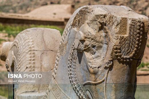 به نظر میرسد مرمت و بخصوص نگهداری از آثار مختلف تختجمشید باقیمانده از دوران هخامنشی، در طول سالهای گذشته از روش خاصی تبعیت نکرده است، شاید به همین دلیل است که برخی از آثار تاریخی آن مانند شیرهای سنگی قرار گرفته در بخشهای مختلف چندان حال خوبی ندارند