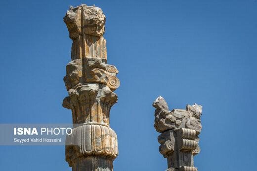 پشت دو ستون اولیه دروازه ملل که ارتفاع ستونهای آن به حدود 10 متر میرسد، نیز همین وضعیت حکمفرماست، از تعداد کم ستونهای باقی مانده در این بخش که بگذریم، از بین رفتن شکل اصلی سرستونها به واسطه گذشت سالها نیز خود نکتهی حائز اهمیتی است که به صورت دقیق نمیتوان آنها را تشخیص داد