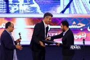 واکنش اینستاگرامی نوید محمدزاده به دریافت جایزه از دستان فردوسیپور