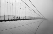 عکس | عبور عابران از روی پل لاکشمن جولا در عکس روز نشنال جئوگرافیک