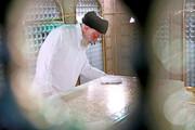 تصاویر | غبارروبی آرامگاه مطهر حضرت امام رضا(ع) توسط رهبر انقلاب