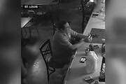 فیلم | عجیبترین واکنش به یک سرقت مسلحانه؛ دزد هم هنگ کرد!