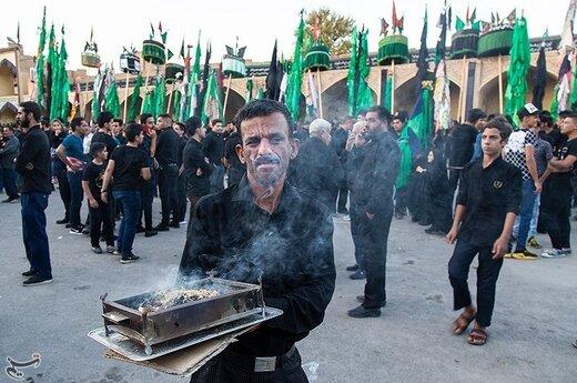 علم برداری سنت دیرینه مهریزی ها در دهه اول محرم