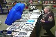 فیلم | درگیری جانانه پیرزن ۸۲ ساله با سارق مغازهاش!