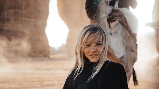 توریست هایی که به خاطر بن سلمان روی شن های صحرای سعودی راه می روند!