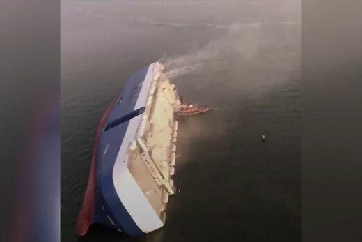 فیلم   کشتی باری در ساحل ایالت جورجیای آمریکا واژگون شد