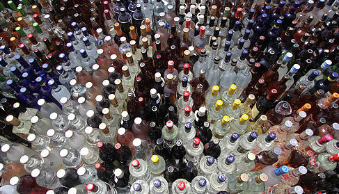 حراجی مشروبات الکلی در ورامین به نرخ هر بطری دلستری 35 هزار تومان توسط پلیس جمع شد!