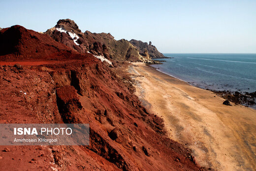 این جزیره در دهانه تنگه هرمز و از آن به عنوان یک گنبد نمکی با رنگهای مختلف یاد می شود، وجود کانیها( سنگهای معدنی) و سنگهای زیبا، لقب موزه زمینشناسی و بهشت زمینشناسان را به خود گرفته است