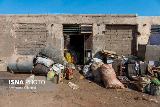 انبارهای ضایعاتی در شهر هرمز که به دلیل نداشتن مکان مناسب در شهر وسایل خود را جلوی درب مغازه نگهداری می کند