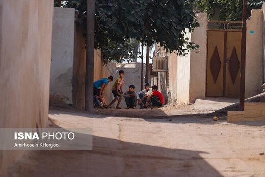 کودکان هرمزی در فصل تابستان و یا در زمان تعطیلی مدرسه به دلیل نبود امکانات تفریحی زمان خود را در کوچه های شهر سپری می کنند