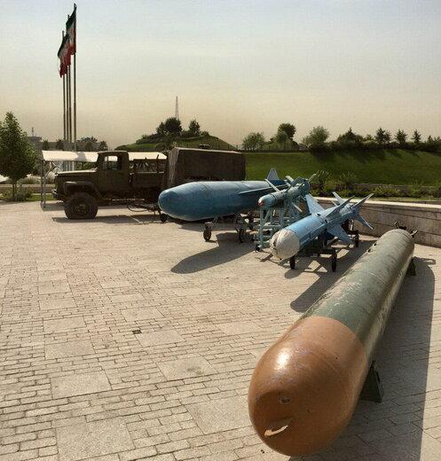 جنگندههای آمریکایی کنار تجهیزات جنگی داعش در تهران / عکس