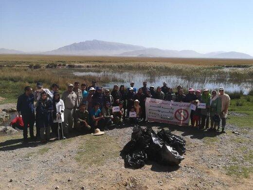 استقبال از پرندگان مهاجر با پاکسازی تالاب گندمان در چهارمحال و بختیاری