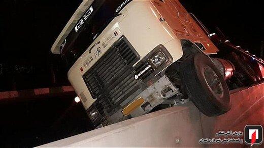 تصاویر | وقتی کامیونتریلی از دیواره بتونی خط ویژه بالا میرود