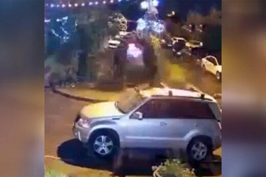 فیلم   پرتاب هندوانه روی سقف خودرو در روسیه!