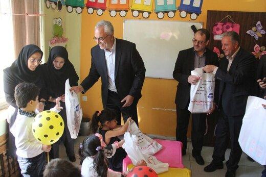 توزیع بسته های نوشتافزار در مدارس تبریز