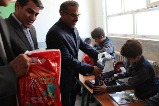 اهدای هزار و  ۶۰۰ بسته لوازم التحریر به دانش آموزان محروم لرستان توسط بانک رفاه