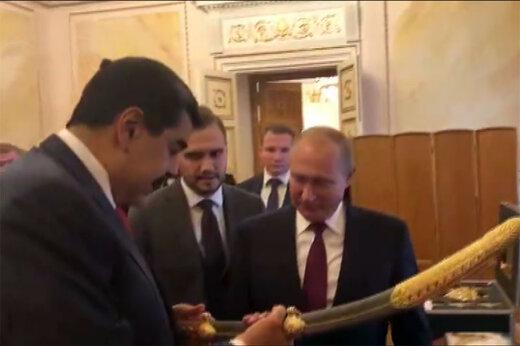 فیلم | اهدای شمشیر 198 ساله به پوتین توسط مادورو