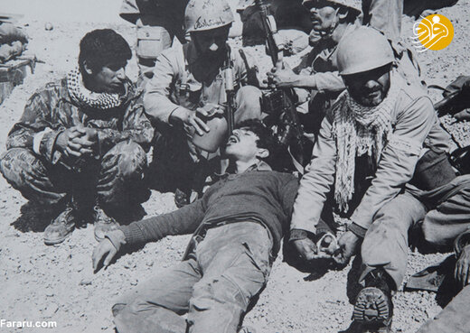 کمک به مجروحین جنگی عراق در نزدیکی خرمشهر