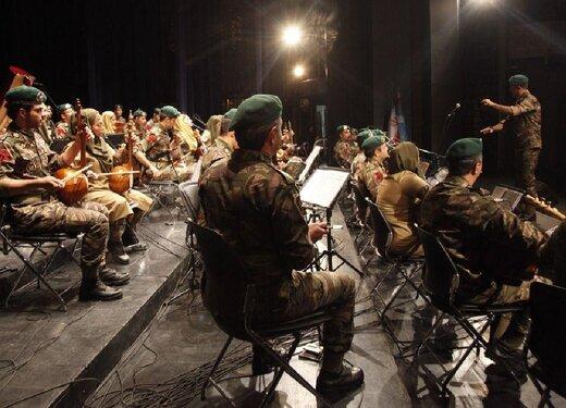 ادای دین فرزند خلبان فانتوم به تکاوران نیروی دریایی/ اثر موسیقایی «سروها ایستاده میمیرند» اجرا شد