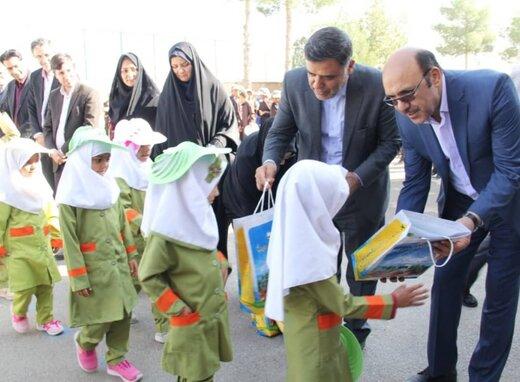 توزیع بسته های آموزشی و نوشت افزار دانش آموزی در استان سمنان