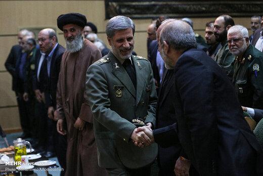 تصویری از همنشینی وزرای دفاع روحانی و احمدی نژاد در یک مراسم