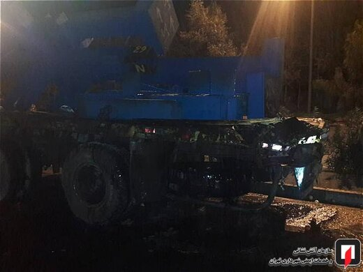 آتشسوزی کامیون بر اثر تصادف با تریلر در بزرگراه بسیج