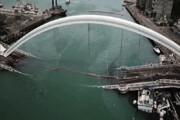 فیلم | لحظه سقوط پل غولپیکر روی قایقهای ماهیگیری