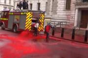 فیلم | اعتراض بریتانیاییها با شلنگ رنگ قرمز!