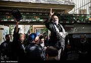 عکس   حسین اللهاکرم با دست شکسته در مراسم تشییع پیکر پدر همرزم قدیمیاش
