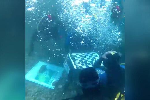 فیلم |  شطرنج بازی زیر آب!
